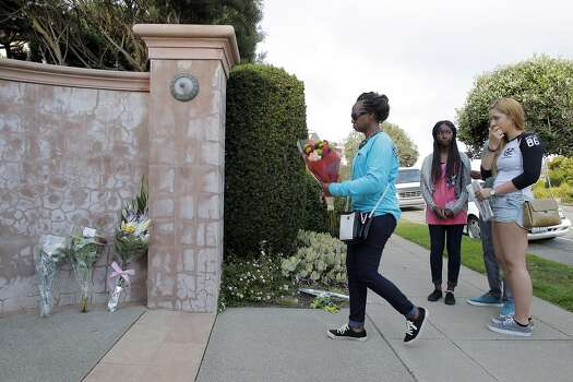 Debbie Maina from Jacksonville, Florida, leaves a bouquet of flowers at Robin Williams' former home in the Sea Cliff neighborhood in San Francisco, Calif., on Monday, August 11, 2014. Williams was found dead in his Tiburon home earlier in the day and fans and friends left  flowers and notes to honor the comedy and acting legend. Photo: Carlos Avila Gonzalez, The Chronicle
