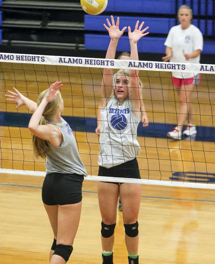 Alamo Heights' junior middle blocker McKay Kyle, center, works on blocking drills as coach Courtney Patton, right, looks on during a 2013 practice session. Photo: Marvin Pfeiffer / Alamo Heights Weekly / Prime Time Newspapers 2013