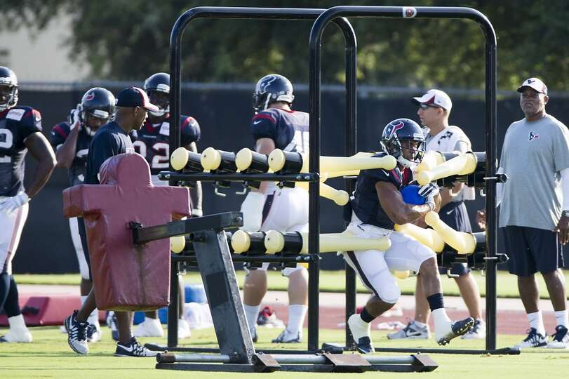 Running back Jonathan Grimes (41) runs a drill.
