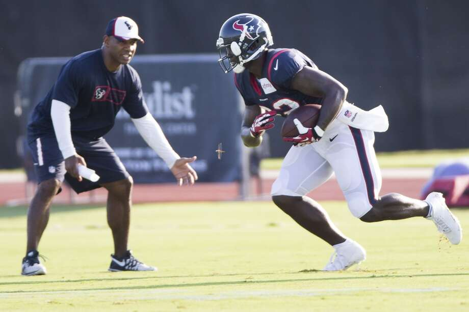 Running back Ronnie Brown (22) runs with the football after making a catch. Photo: Brett Coomer, Houston Chronicle