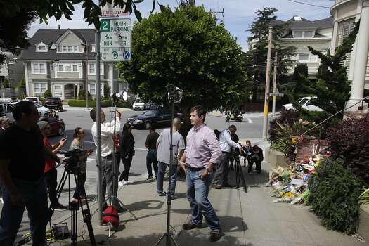 "Charles Zewe, 39, helps ABC set up for a live shot in front of a temporary shrine for the late Robin Williams August 12, 2014 at the home where ""Mrs. Doubtfire"" was filmed in San Francisco, Calif. Williams was found dead in his home on Monday. Photo: Leah Millis, The Chronicle"