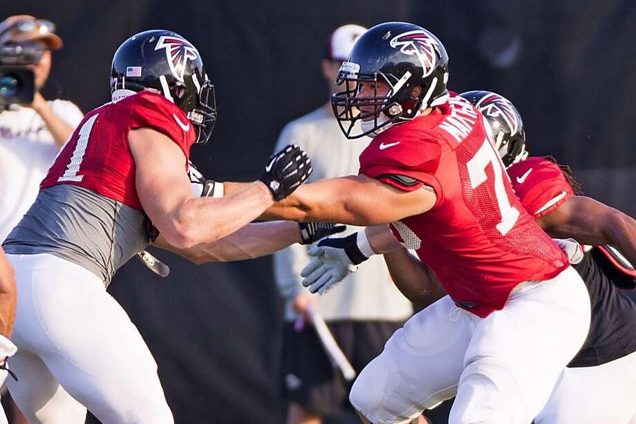 Atlanta Falcons offensive tackle Jake Matthews (70) blocks defensive end Kroy Biermann (71). Photo: Brett Coomer, Houston Chronicle