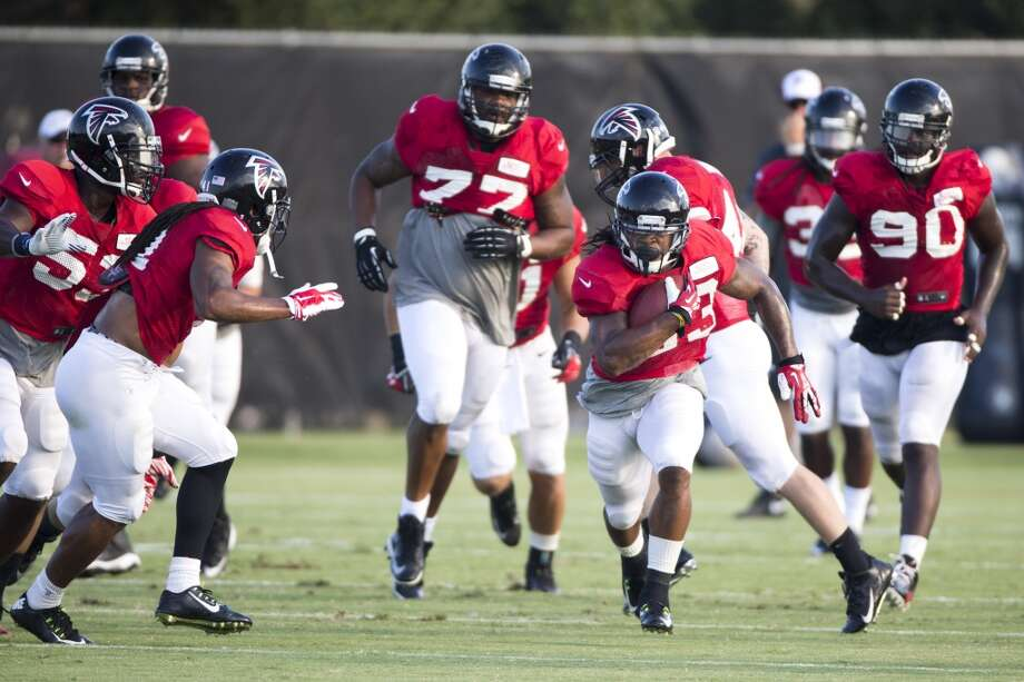 Atlanta Falcons running back Devonta Freeman (33) runs with the football. Photo: Brett Coomer, Houston Chronicle