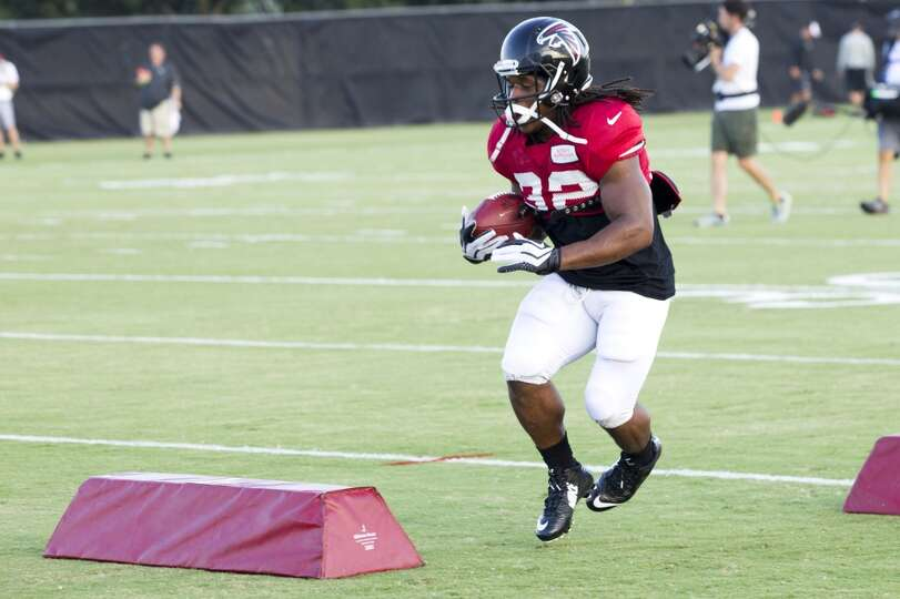 Atlanta Falcons running back Jacquizz Rodgers (32) runs a drill during a joint practice.