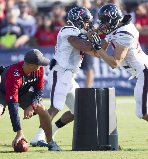 Texans running back Jonathan Grimes (41) blocks linebacker Jeff Tarpinian (52).