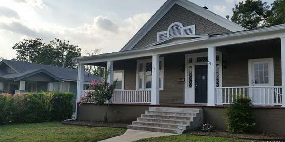 615 W MULBERRY AVESan Antonio, TX 78212 2 BEDS 2 BATHS  1,788 SQFT  $220,000  BUILT: 1926 MLS ID 1069814  Awesome Alta Vista gem! Upon entry, you're greeted with shiny wood floors, super high ceilings, and a flowing floorplan. Beautiful fixtures adorn every room, and the master bath will become your own private spa. Bedrooms feature large walk-in closets, and each full bath has a jetted tub. Gourmets will love the kitchen, with gas cooking, a large pantry, and custom cabinet storage. The tranquil backyard is perfect for relaxation, and great for weekend BBQs. Photo: Courtesy