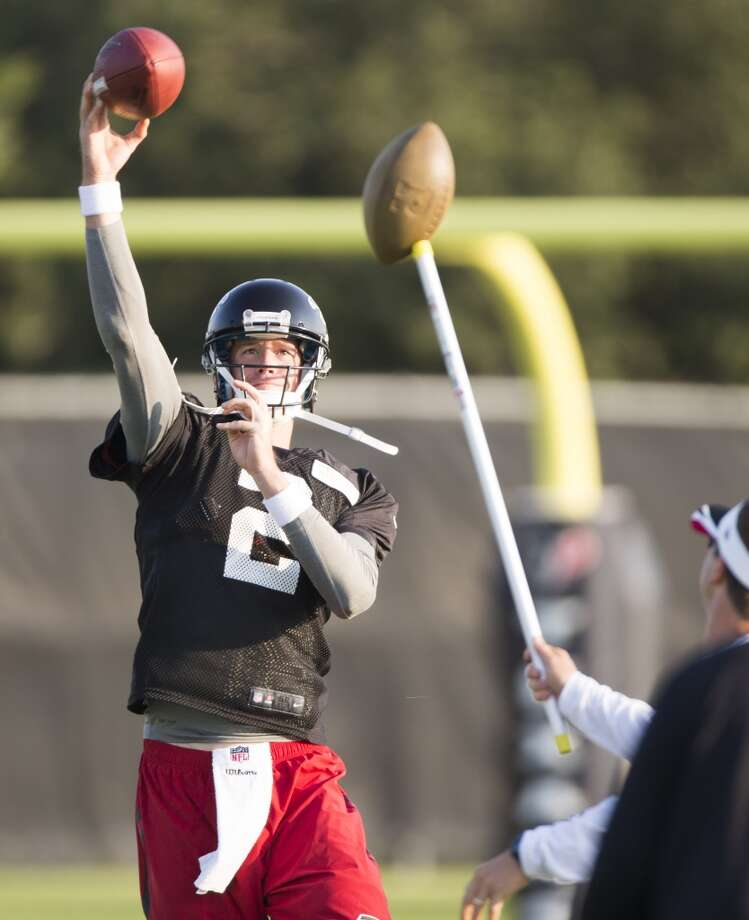 Atlanta Falcons quarterback Matt Ryan (2) throws a pass over quarterbacks coach Glenn Thomas during a joint practice. Photo: Brett Coomer, Houston Chronicle