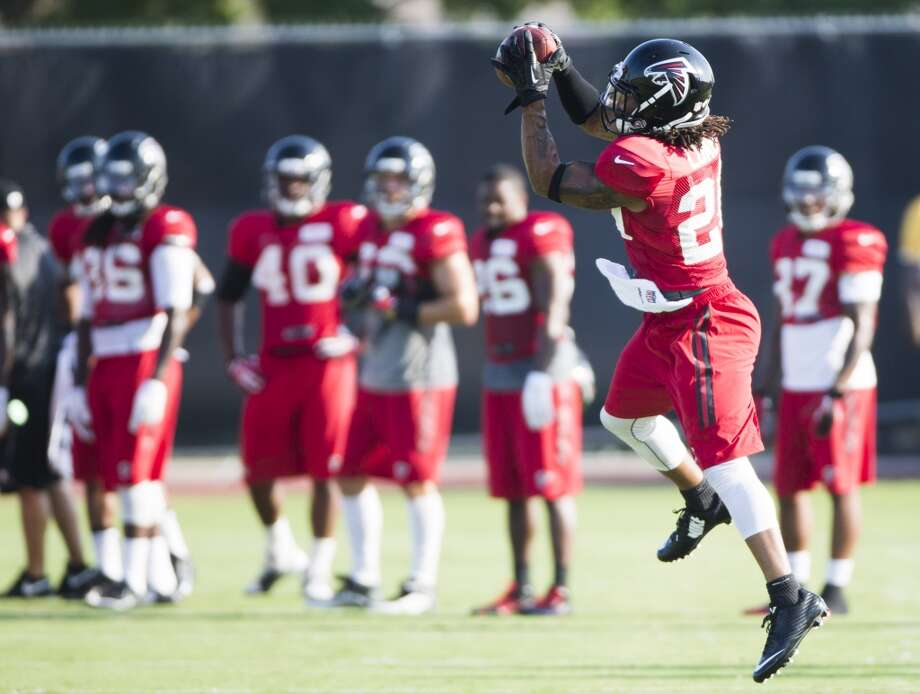 Atlanta Falcons free safety Dwight Lowery (20) leaps to make a catch during a joint practice. Photo: Brett Coomer, Houston Chronicle