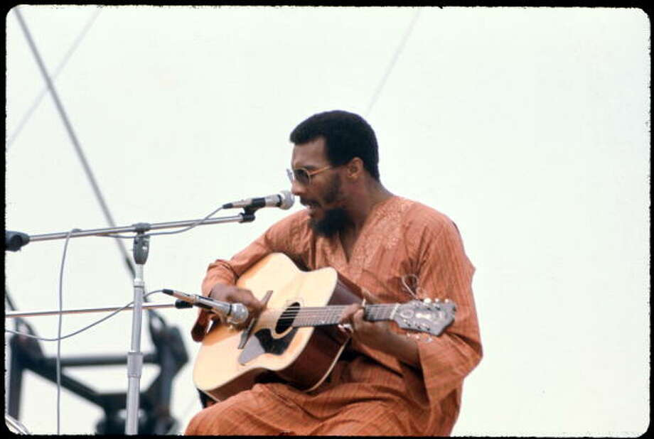 American musician Richie Havens performs onstage at the Woodstock Music and Arts Fair in Bethel, New York, August 15, 1969. Photo: Ralph Ackerman, (Getty Images) / Hulton Archive