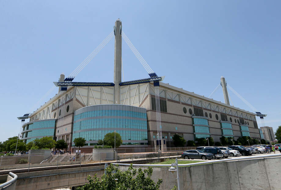 With talk about renovating the Alamodome to attract bigger and better sports events, a reader discusses what he says would be a significant and badly needed upgrade to the facility. Photo: Express-News File Photo / EN Communities 2014