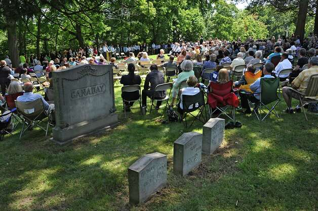 Family members, medical students and faculty from Albany Medical College attend a ceremony at Albany Rural Cemetery Monday, Aug. 18, 2014 in Menands, N.Y. The ceremony paid tribute to 335 people who died and donated their bodies to the Medical College's Anatomical Gift Program for medical education. (Lori Van Buren / Times Union) Photo: Lori Van Buren / 00028197A