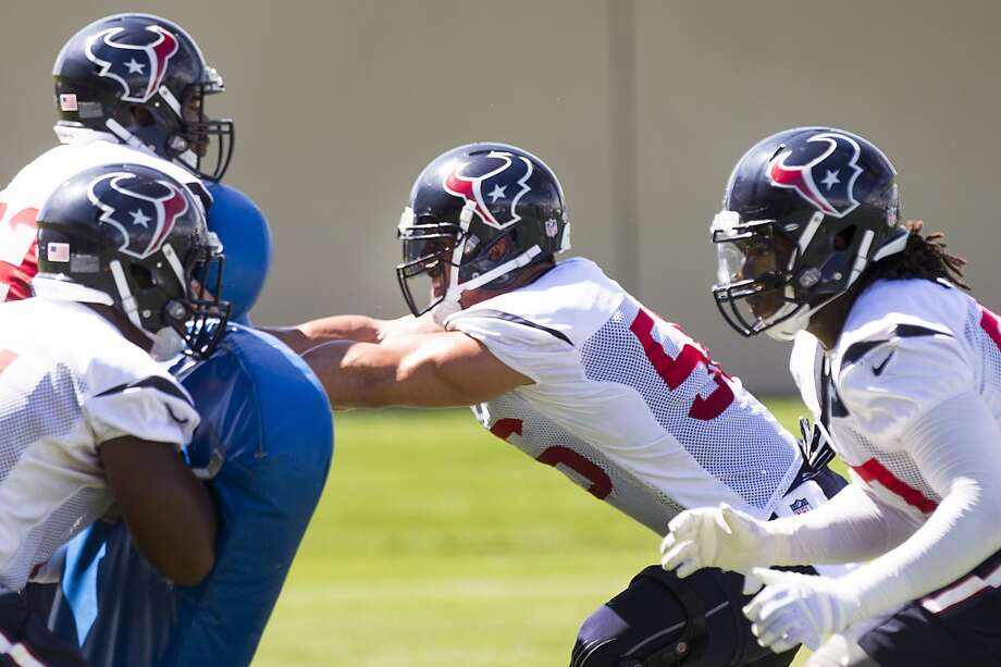 Texans inside linebacker Brian Cushing, center, run a drill. Photo: Brett Coomer, Houston Chronicle