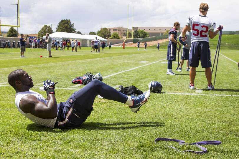 Texans outside linebacker Whitney Mercilus, left, and middle linebacker Jeff Tarpinian (52) work out