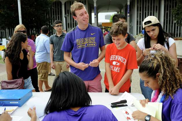 Freshman Ben Steinman, 18, of Greenwich, Conn., center, registers on moving in day on Wednesday, Aug. 20, 2014, at University at Albany in Albany, N.Y. He's joined by his younger brother Max Steinman, 12, right.(Cindy Schultz / Times Union) Photo: Cindy Schultz / 10028085A
