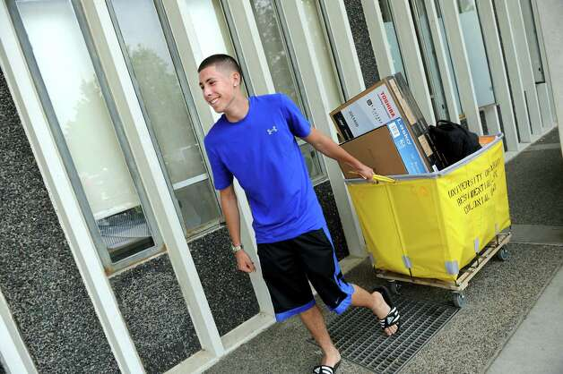 Freshman Michael Balletta of Long Island carts his belonging on moving in day on Wednesday, Aug. 20, 2014, at University at Albany in Albany, N.Y. (Cindy Schultz / Times Union) Photo: Cindy Schultz / 10028085A