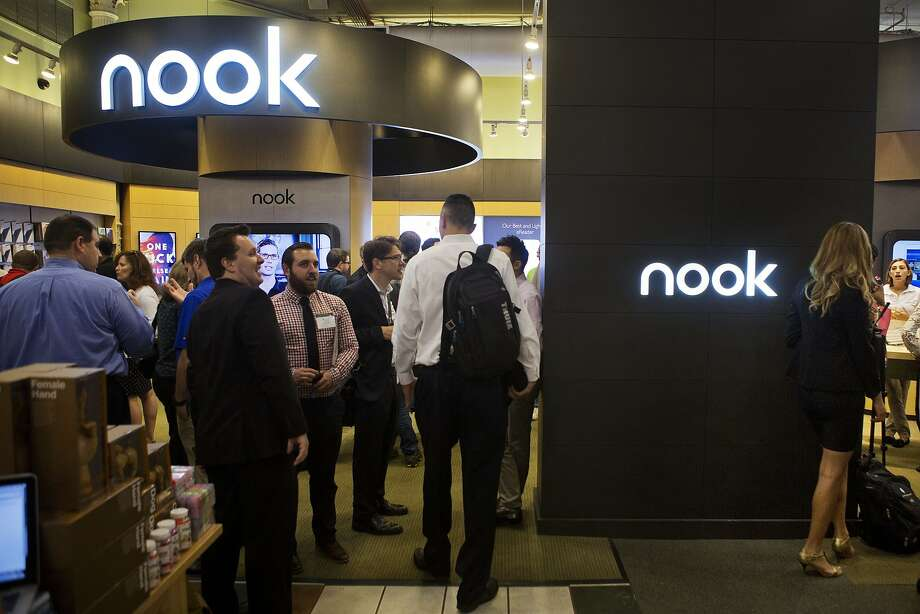 A crowd attends the Samsung Galaxy Tab 4 Nook release event at a Barnes & Noble in New York. Photo: Victor J.Blue, Bloomberg