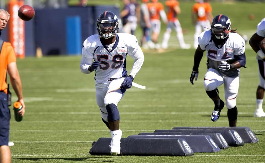 Broncos outside linebacker Von Miller (58) runs a drill.