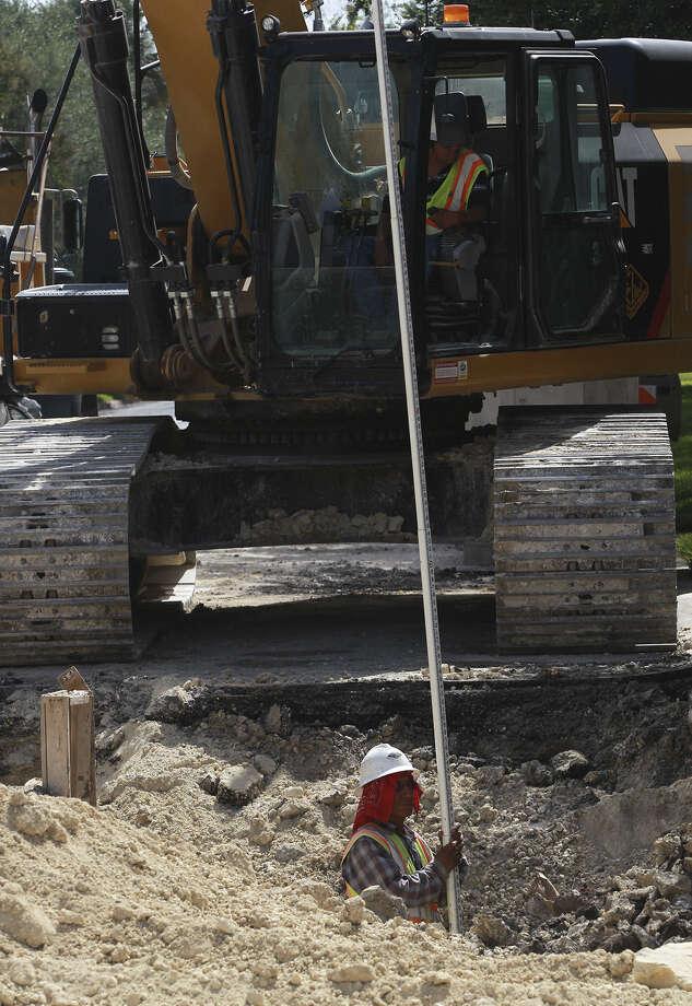 Work on drainage improvements continues on San Pedro near the Monte Vista neighborhood. Photo: JOHN DAVENPORT, San Antonio Express-News / ©San Antonio Express-News/John Davenport