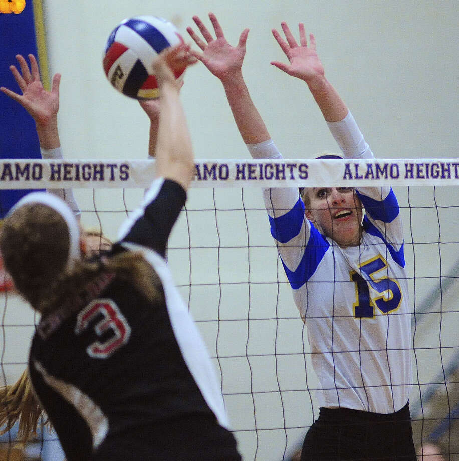 Alamo Heights' McKay Kyle (right) tries to block a spike from Churchill's Elise Laird during Wednesday's match at Alamo Heights High School. The Chargers swept the Mules. Photo: Billy Calzada / San Antonio Express-News / San Antonio Express-News