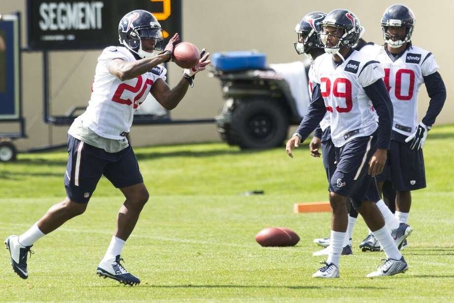 Texans strong safety Chris Clemons (20) catches a football while running a drill. Photo: Brett Coomer, Houston Chronicle