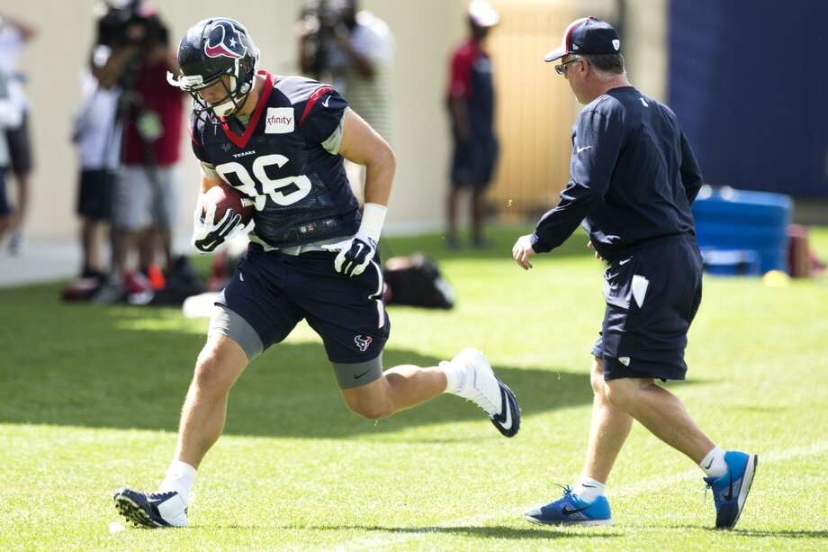 Texans tight end Zach Potter (86) runs past tight ends coach John Perry after making a catch. Photo: Brett Coomer, Houston Chronicle