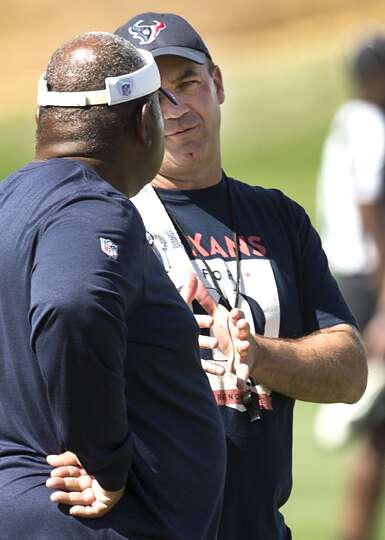 Texans head coach Bill O'Brien, right, talks to defensive coordinator Romero Crennel.