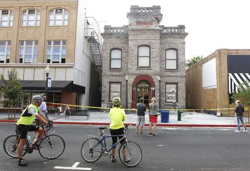 Curious onlookers view the damage to the historic Goodman Library in Napa, Calif. on Sunday, Aug. 24, 2014 after a 6.0 earthquake jolted the Bay Area. Photo: Paul Chinn, The Chronicle