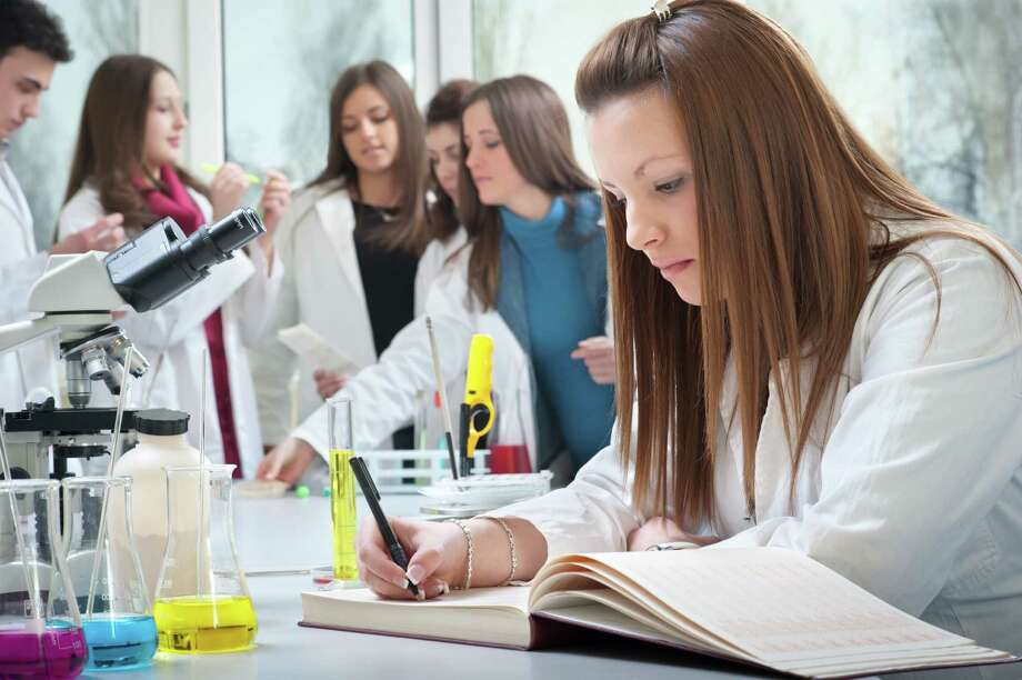 Nursing school involves classroom and simulation labs as well as hands-on clinical experiences. How these are combined varies by school and program. Photo: Duéƒâ€¦Ã©'(degrees)an Kostiéƒâ€žÃ©'a