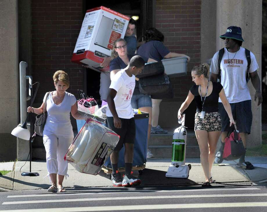 Freshmen move into the dorms at Western Connecticut State University Monday, August 25, 2014. Photo: Carol Kaliff / The News-Times