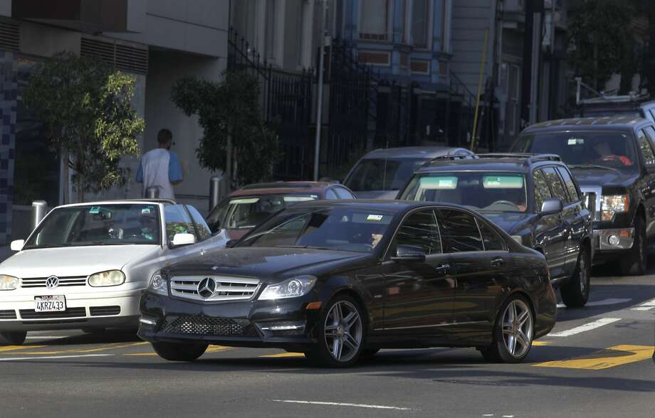 A commuter makes a last-minute right turn onto San Francisco's Octavia Boulevard, a dangerous maneuver that contributes to rush-hour congestion. Photo: Paul Chinn, The Chronicle
