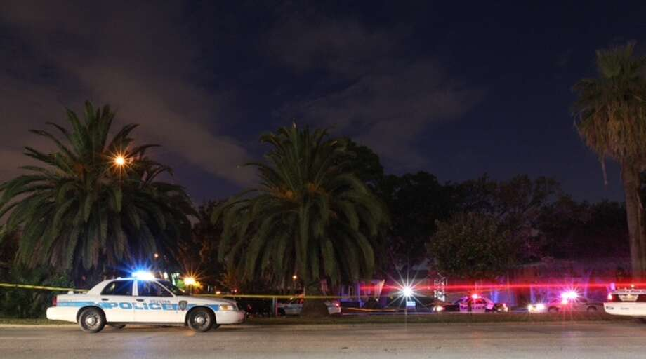 Houston homicide investigators say trauma to the head indicates foul play after a Hispanic man in his 30s was found dead early Thursday on a Heights Boulevard jogging trail. Photo: Cody Duty / Houston Chronicle