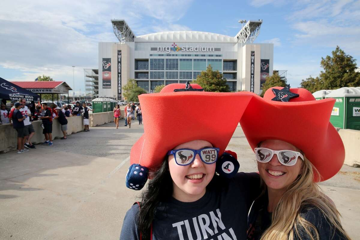 13 tailgating tips to help get you through the season So you've decided to join the wonderful world of Texans tailgating. Congratulations! You will now be able to look forward to hangovers every Monday morning and high blood pressure.