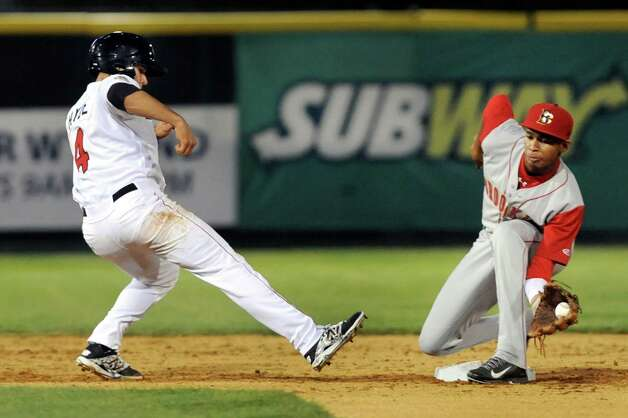 ValleyCats' Mott Hyde, left, hustles back to first as Cyclones' Alfredo Reyes tries to tag him out at second during their baseball game on Thursday, Aug. 28, 2014, at Bruno Stadium in Troy, N.Y. Hyde was safe. (Cindy Schultz / Times Union) Photo: Cindy Schultz / 00028316A