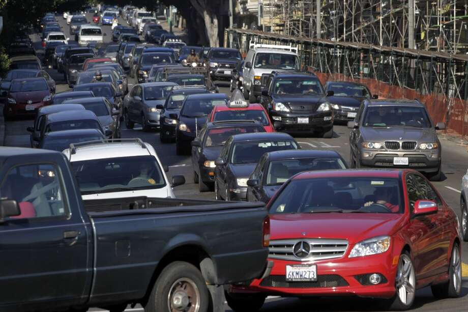 Commuters turn right from Oak Street onto Octavia Boulevard in San Francisco, Calif. on Wednesday, Aug. 27, 2014. Some motorists cut into the right turn lane at the last minute - or make an illegal right turn from the left lanes - creating large backups and irking other drivers. Photo: The Chronicle