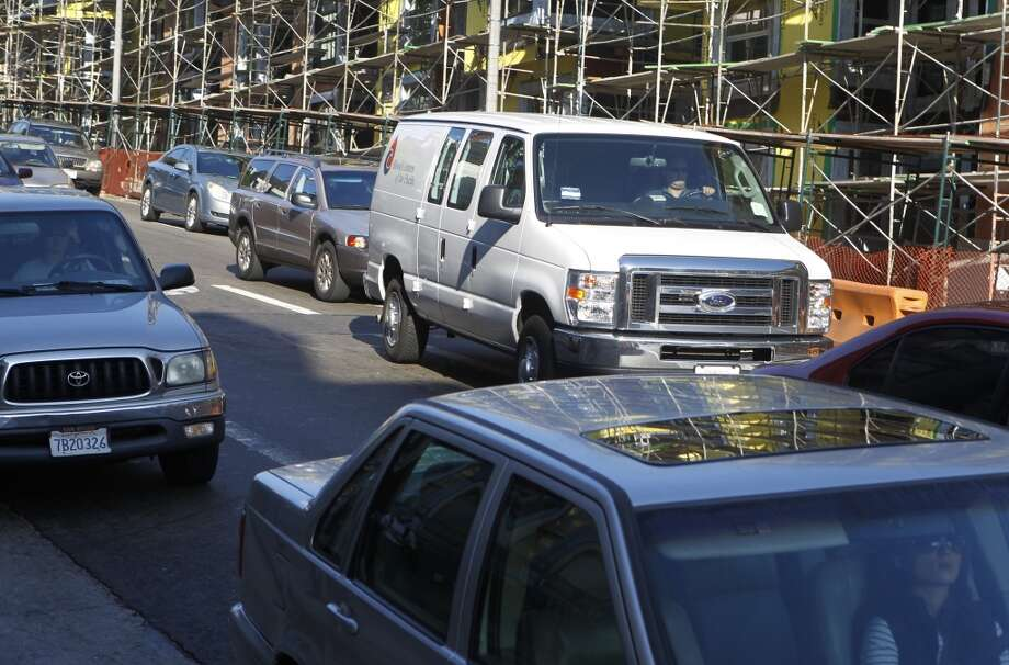 A driver cuts into a right turn lane on Oak Street just before Octavia Boulevard in San Francisco, Calif. on Wednesday, Aug. 27, 2014. Some motorists cut into the right turn lane at the last minute - or make an illegal right turn from the left lanes - creating large backups and irking other drivers. Photo: The Chronicle
