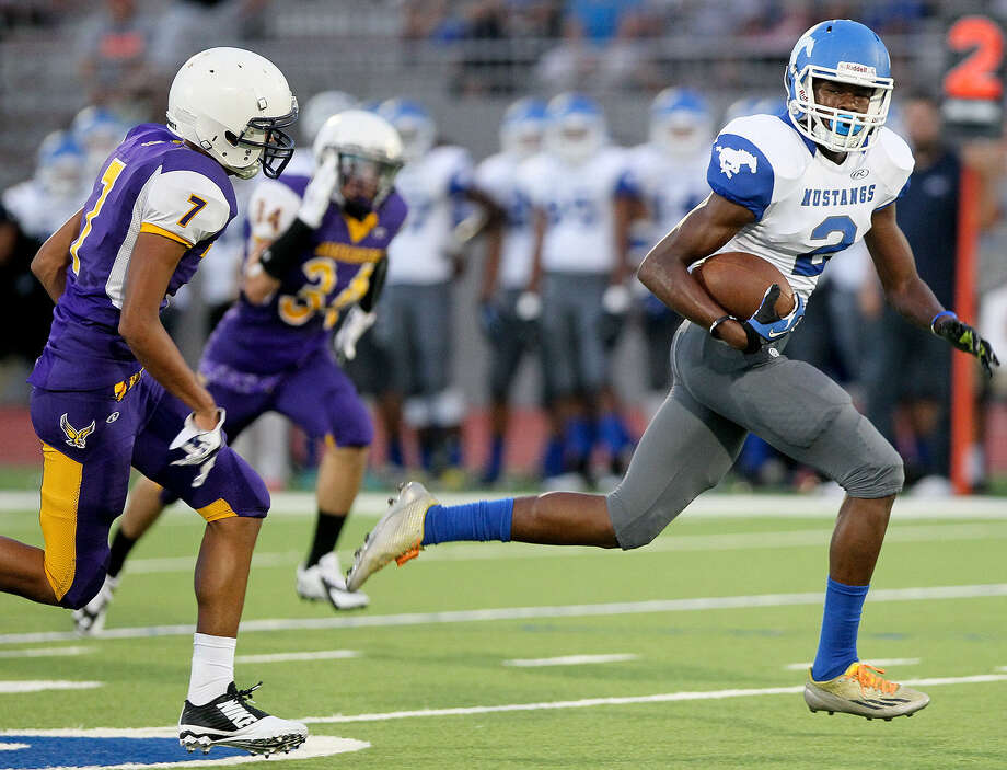 Jay's Daytwon Sheridan races ahead of Brackenridge's Jerry Medina for a 58-yard touchdown reception in the first quarter of the Mustangs' victory at Alamo Stadium. Photo: Marvin Pfeiffer / San Antonio Express-News / Express-News 2014