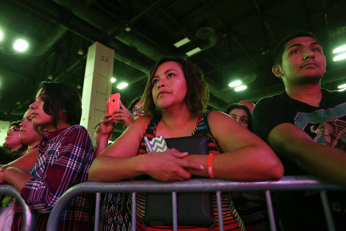 Diana Morales waits for the appearance of professional boxer Saul