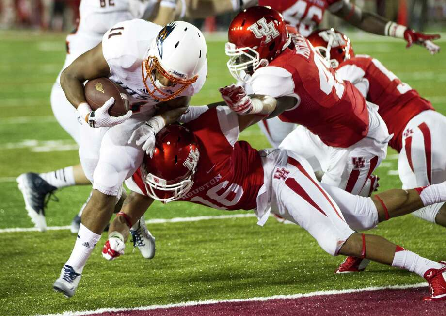 UTSA running back David Glasco II (11) crosses the goal line last Friday in Houston. The Roadrunners will play before a national TV audience Thursday night, and community leaders hope to fill the Alamodome. Photo: Brett Coomer, Associated Press / Houston Chronicle