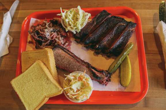 A tray of barbecue, with slaw, pickles and bread at Storrs Smokehouse in Newberg, Ore.