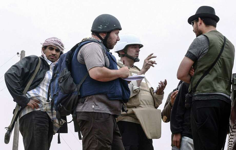 In this handout image, American journalist Steven Sotloff (Center with black helmet) talks to Libyan rebels on the Al Dafniya front line, 25 km west of Misrata on June 02, 2011 in Misrata, Libya.  Sotloff was kidnapped in August 2013 near Aleppo, Syria. Photo: Handout, Etienne De Malglaive Via Getty I / 2014 Etienne de Malglaive Etienne de Malglaive via Getty Images