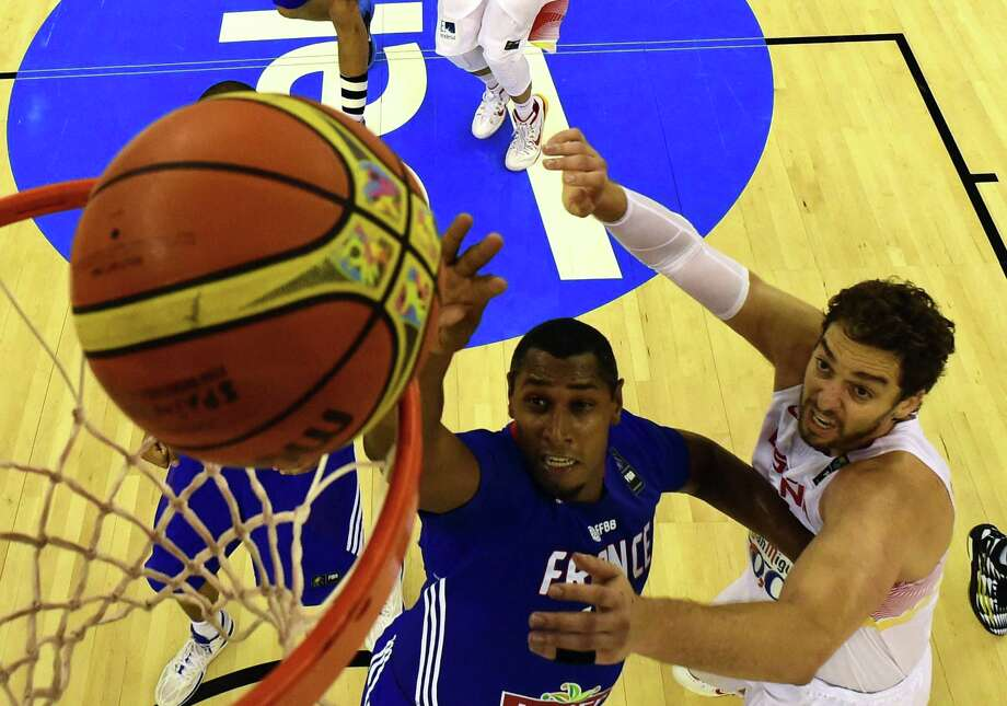 The Spurs' Boris Diaw (left), battling the Bulls' Pau Gasol, scored three points in France's 88-64 loss to Spain. Photo: Javier Soriano / Getty Images / AFP