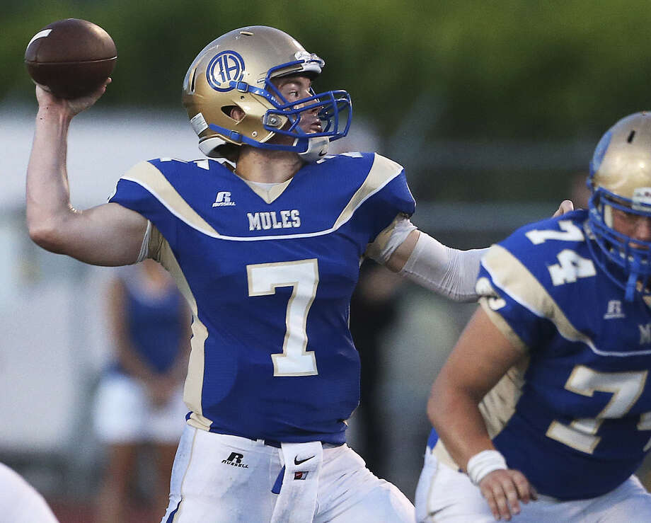Quarterback Dalton Banks, throwing a screen pass against New Braunfels last week, will lead Alamo Heights against O'Connor tonight at Farris Stadium. Photo: Tom Reel / San Antonio Express-News