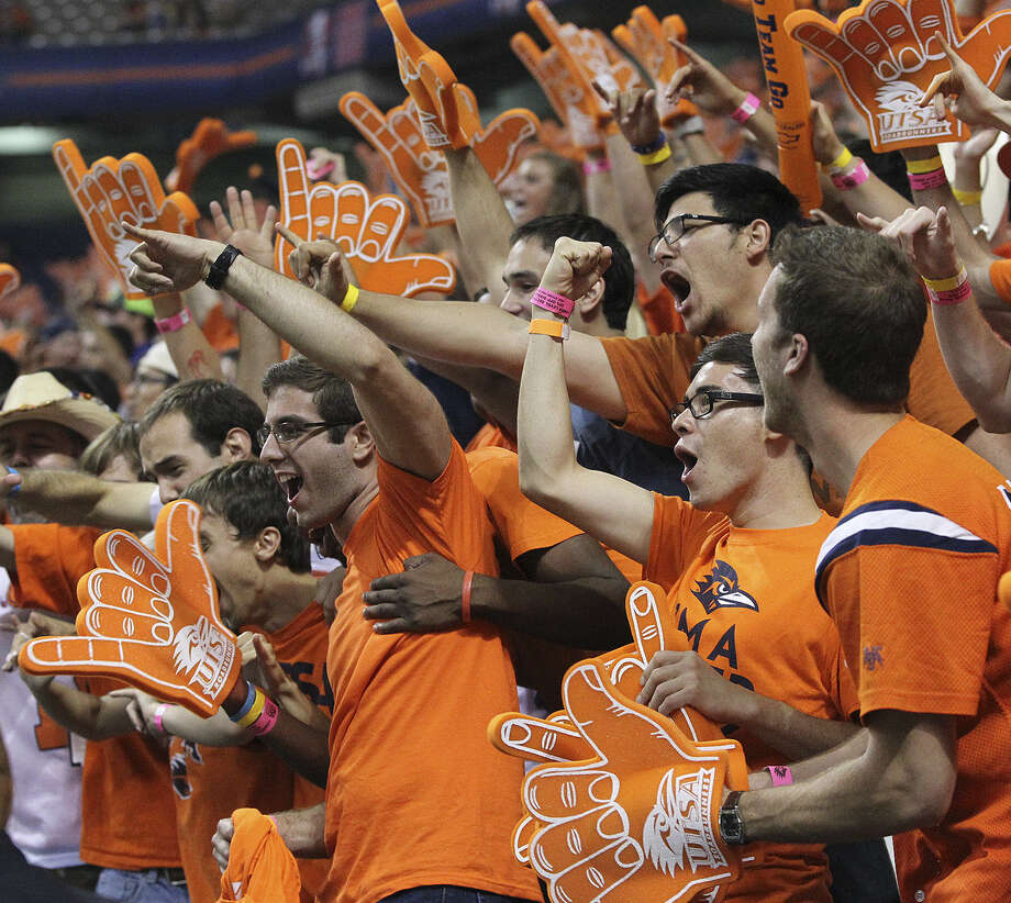 UTSA fans express their approval after the Roadrunners took the lead in the first half of their home opener against Arizona on Thursday night. Photo: Tom Reel / San Antonio Express-News