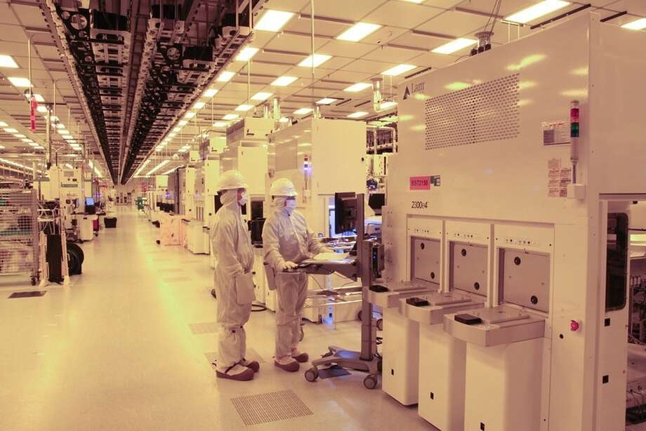 Workers in the clean room at GlobalFoundries in Malta, N.Y., where 300-step process ORG XMIT: MER2014090413251276