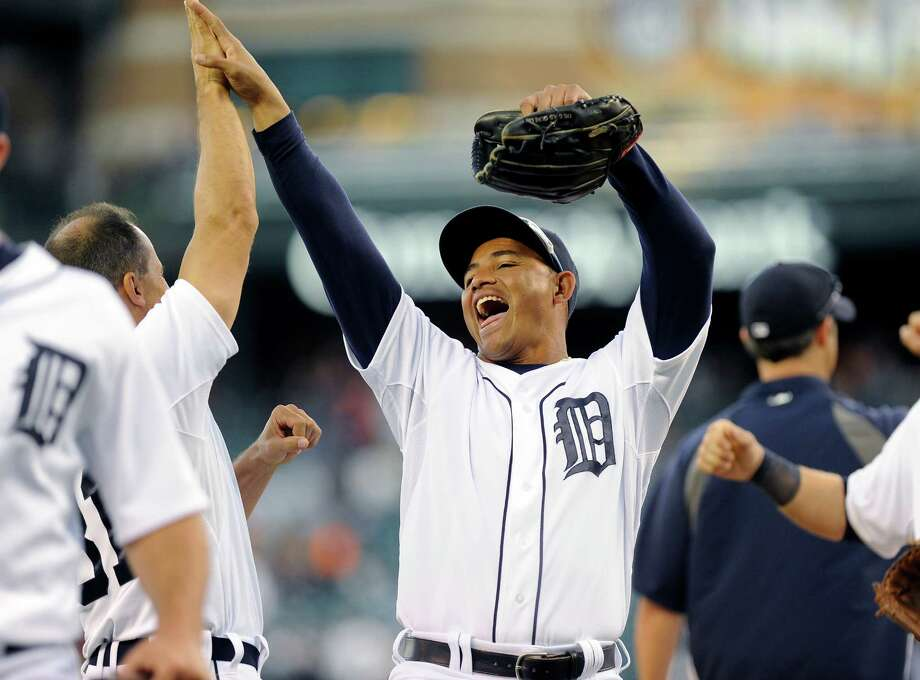 Tigers center fielder Ezequiel Carrera and first base coach Omar Vizquel enjoy the successful start to a key series with the first-place Royals. Photo: LON HORWEDEL, FRE / FRE170538