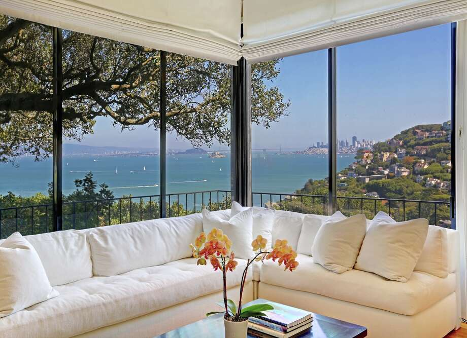 54 Lower Crescent Ave. in Sausalito features walls of glass that frame views of downtown San Francisco.  Photo: Jason Wells/Golden Gate Creative / ONLINE_CHECK