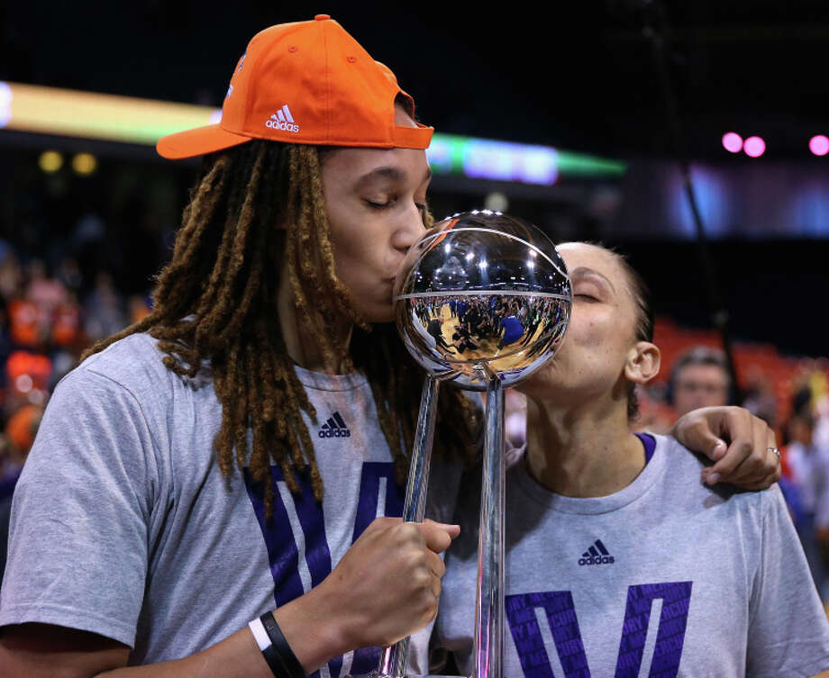 Brittney Griner (left) and Diana Taurasi show affection for the WNBA championship trophy. Photo: Jonathan Daniel, Staff / Getty Images / 2014 Getty Images