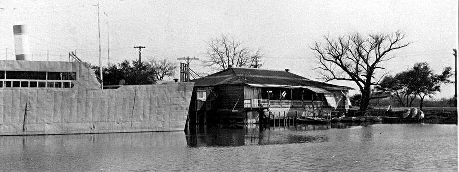 At Woodlawn Lake during the 1920s and '30s, this ship-shaped snack bar did double duty as a movie screen. Lakeside structures also have included a resort hotel, bathhouse, comfort stations, lighthouse and recreation buildings. Photo: Courtesy Institute Of Texan Cultures / UTSA Libraries