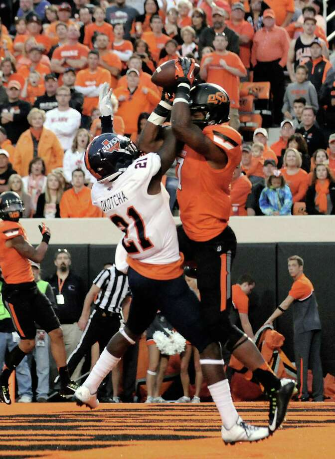 Oklahoma State wide receiver Brandon Sheperd catches a touchdown pass over UTSA cornerback Bennett Okotcha in the first half Saturday of the Cowboys' victory in Stillwater, Okla. Photo: Brody Schmidt / Associated Press / FR79308 AP
