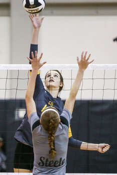 East Central's Lindsey Lubianski (left) shoots over Steele's Avvey Wells during their match at Steele on Tuesday, Sept. 9, 2014.  MARVIN PFEIFFER/ mpfeiffer@express-news.net Photo: Marvin Pfeiffer/ Express-News / Express-News 2014